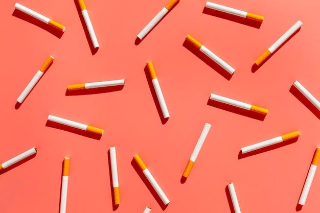 Vista dall'alto di sigarette sul tavolo