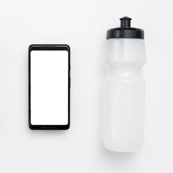 Vista dall'alto di smartphone con bottiglia d'acqua