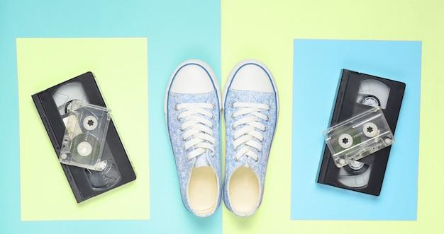 Vista dall'alto di sneaker con cassette audio e video