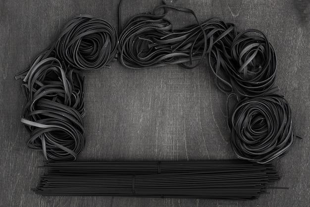 Vista dall'alto di spaghetti neri e tagliatelle