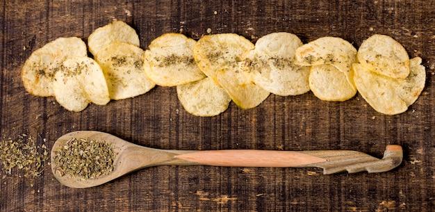 Vista dall'alto di spezie con patatine fritte