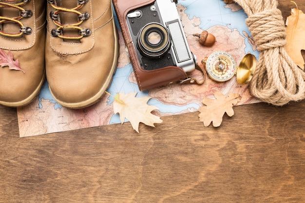 Vista dall'alto di stivali con fotocamera e corda per l'autunno