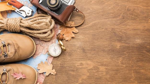 Vista dall'alto di stivali e elementi essenziali autunno con spazio di copia