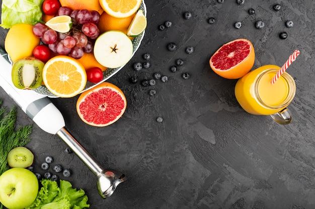 Vista dall'alto di succo d'arancia e ciotola di frutta