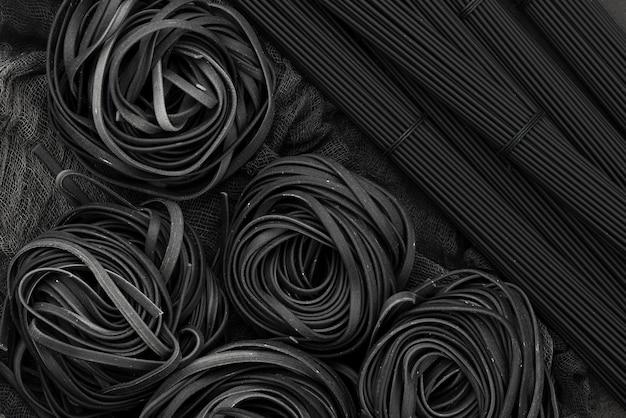 Vista dall'alto di tagliatelle nere e spaghetti