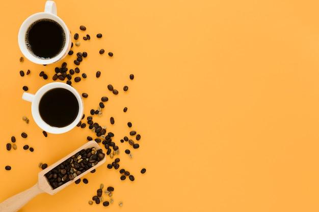 Vista dall'alto di tazze di caffè con pala di caffè