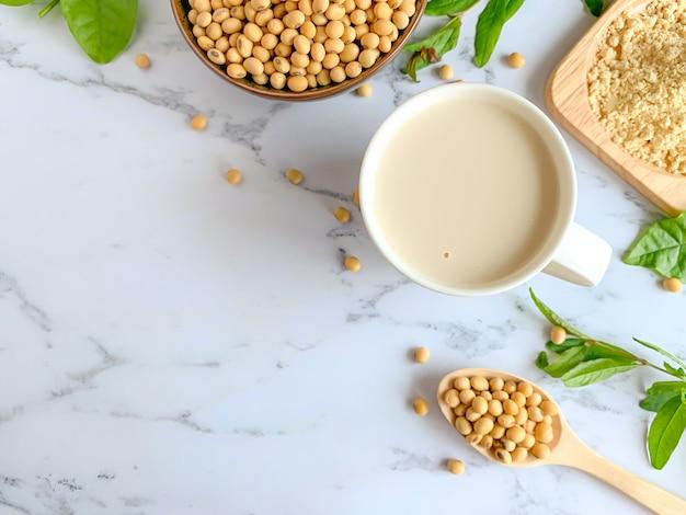 Vista dall'alto di tazze di latte di soia