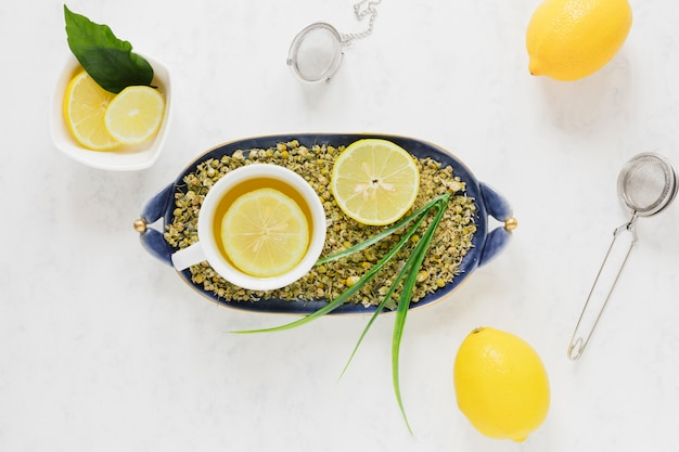 Vista dall'alto di tè al limone