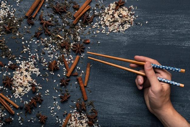 Vista dall'alto di tè asiatico matcha ingredienti con le bacchette