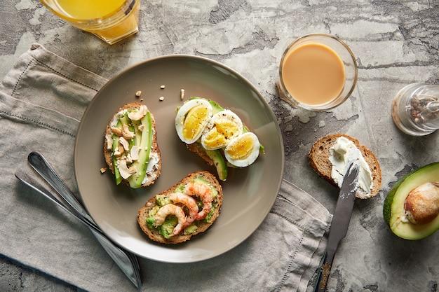 Vista dall'alto di toast di avocado. alimenti a base vegetale