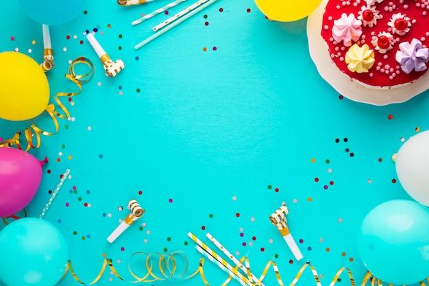Vista dall'alto di torta e palloncini