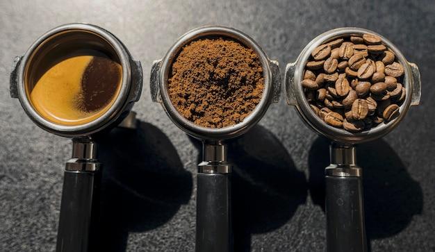 Vista dall'alto di tre tazze di macchine da caffè