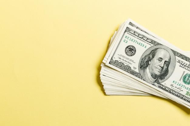 Vista dall'alto di un fascio di banconote da 100 dollari