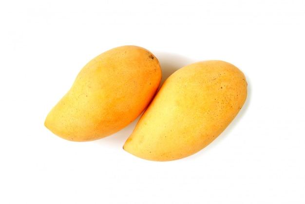 Vista dall'alto di un paio di manghi maturi freschi isolati su bianco