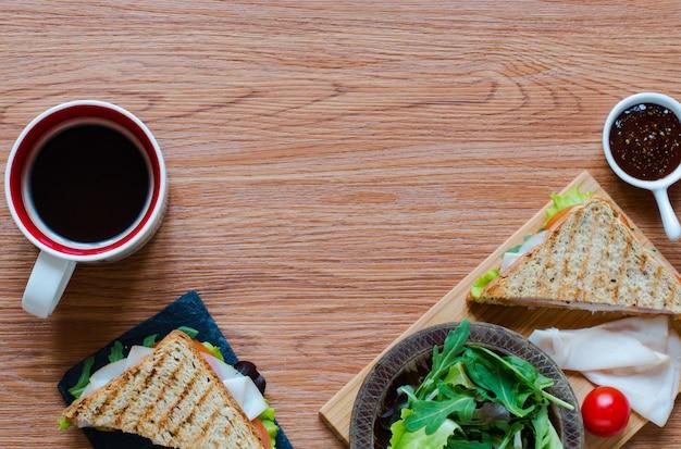 Vista dall'alto di un sano panino, su una superficie di legno