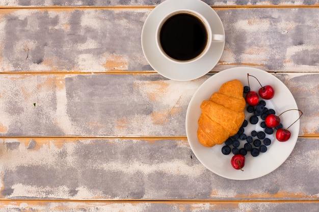 Vista dall'alto di una deliziosa colazione con cornetti