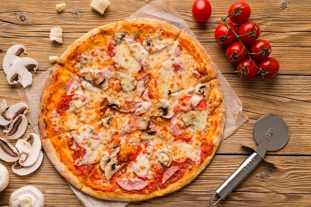 Vista dall'alto di una deliziosa pizza sul tavolo di legno