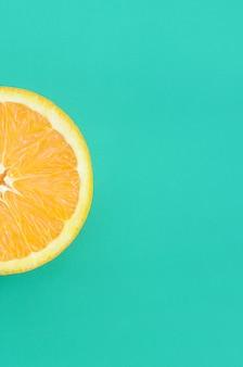 Vista dall'alto di una fetta di frutta arancione su sfondo luminoso