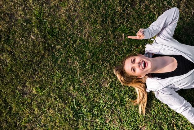 Vista dall'alto di una giovane donna a terra