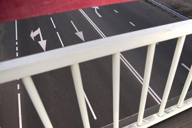 Vista dall'alto di una strada da un alto ponte pedonale