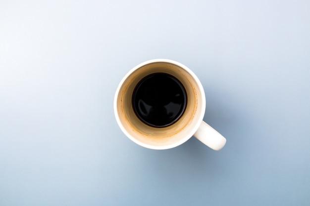 Vista dall'alto di una tazza di caffè bianco