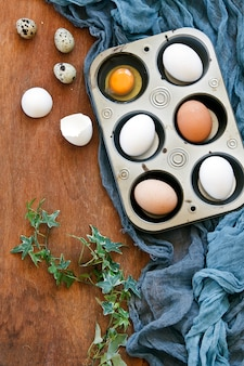 Vista dall'alto di uova di pasqua colorate e uova di quaglia e salici figa.