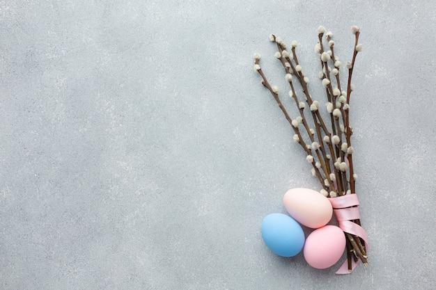 Vista dall'alto di uova di pasqua con copia spazio e fiori