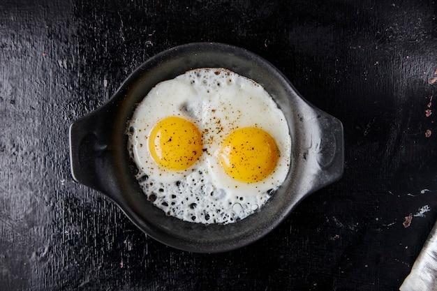Vista dall'alto di uova fritte