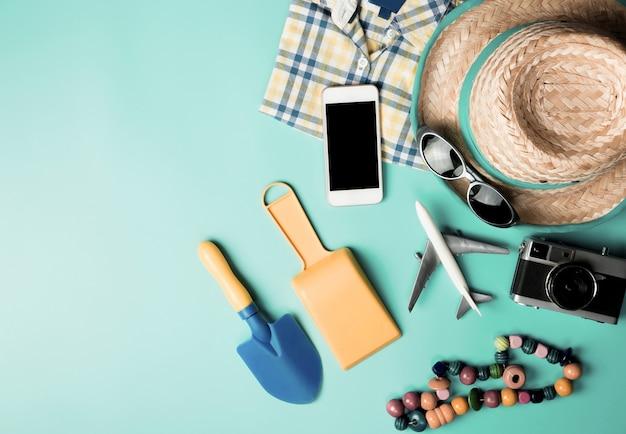 Vista dall'alto di vacanze maschili beach accessori moda vacanze estive su colore rosa pastello