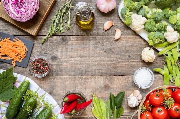 Vista dall'alto di varie verdure per conserve