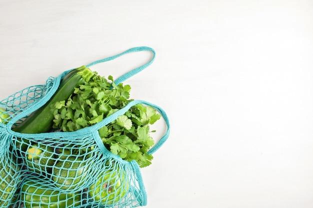 Vista dall'alto di verdure biologiche fresche di colore verde. concetto di cibo sano in diverse stagioni. agricoltura biologica, agricoltura, shopping