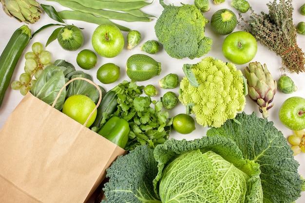 Vista dall'alto di verdure biologiche fresche in colo verde