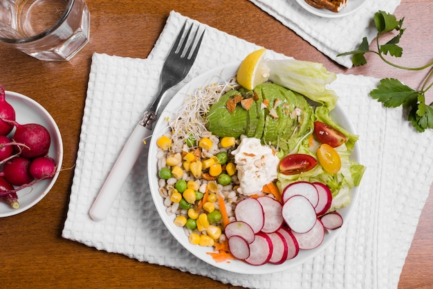 Vista dall'alto di verdure biologiche sul piatto