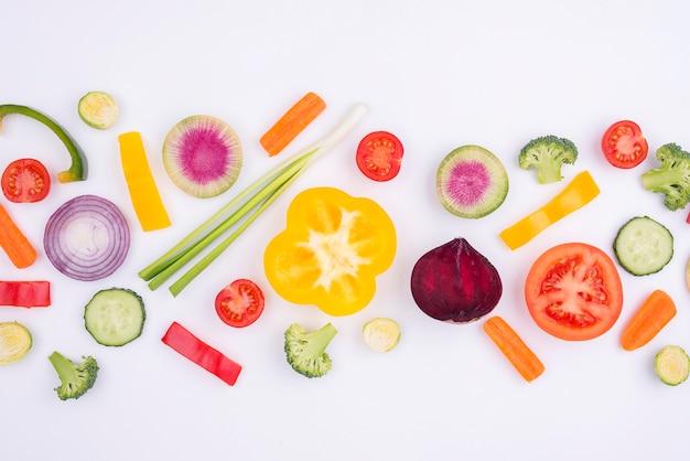Vista dall'alto di verdure biologiche sul tavolo