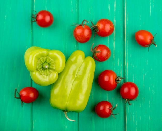 Vista dall'alto di verdure come pomodoro e pepe sulla superficie verde