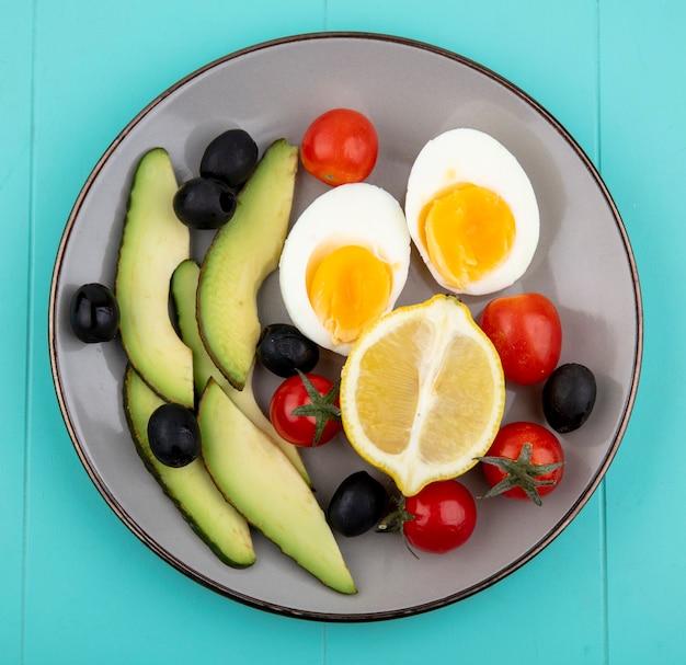 Vista dall'alto di verdure fresche come le olive di pomodori di avocado