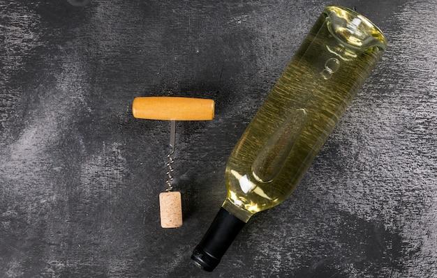 Vista dall'alto di vino bianco con copia spazio su orizzontale scuro