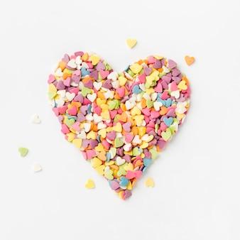 Vista dall'alto di zuccherini colorati a forma di cuore