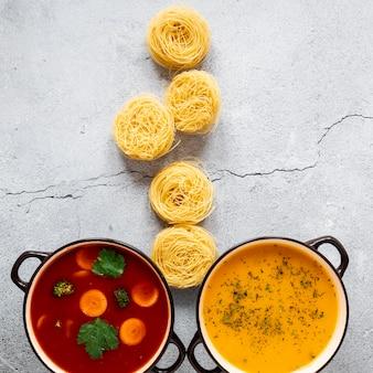 Vista dall'alto di zuppe e rotoli di pasta