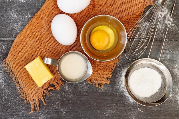 Vista dall'alto disposizione degli ingredienti per prodotti da forno