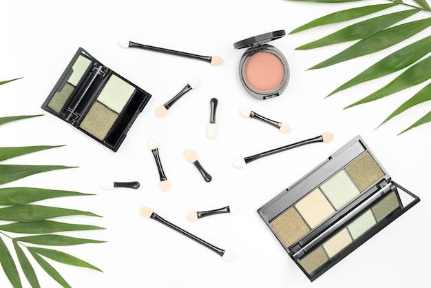 Vista dall'alto disposizione di cosmetici diversi