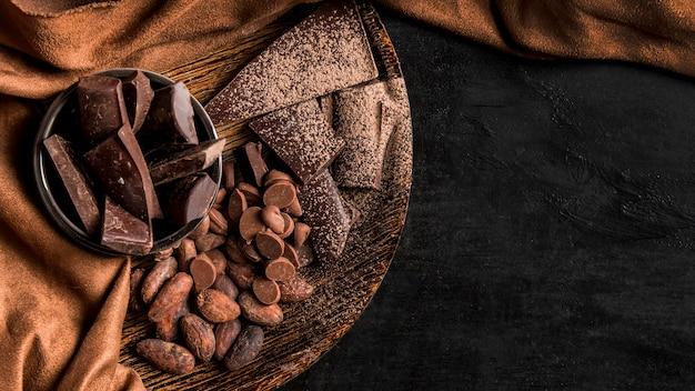 Vista dall'alto disposizione scura con cioccolato con spazio di copia