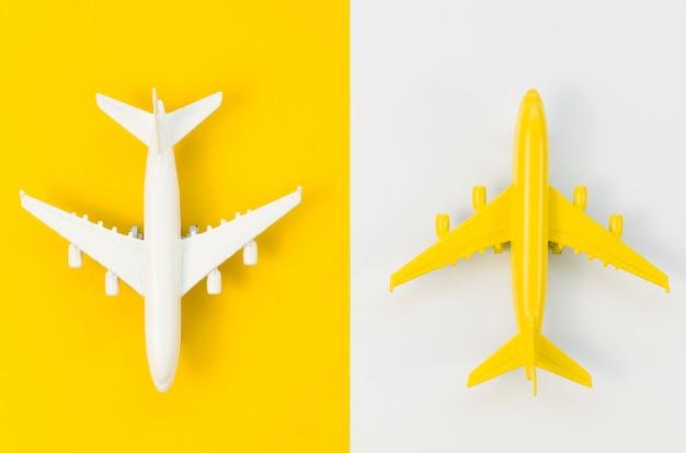 Vista dall'alto diversi giocattoli colorati dell'aeroplano