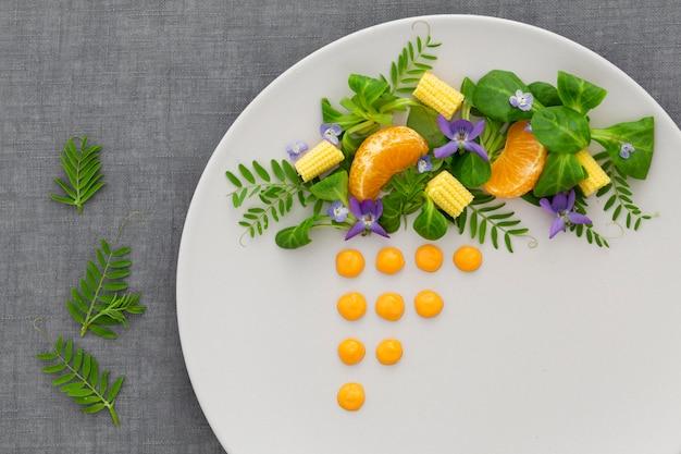 Vista dall'alto elegante piatto con insalata
