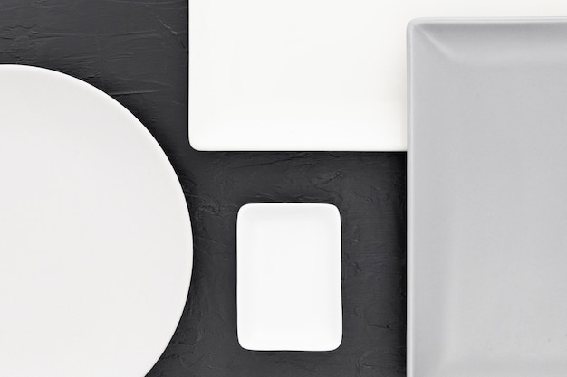 Vista dall'alto eleganti piatti sul tavolo