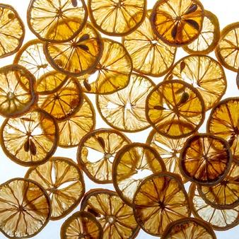 Vista dall'alto essiccato pezzi di limone pattern su sfondo bianco brillante