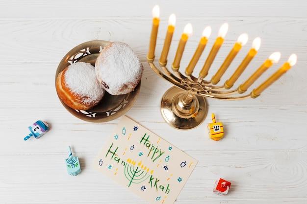 Vista dall'alto felice candeliere hanukkah