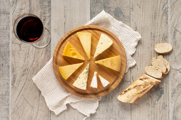 Vista dall'alto fette di formaggio con pane