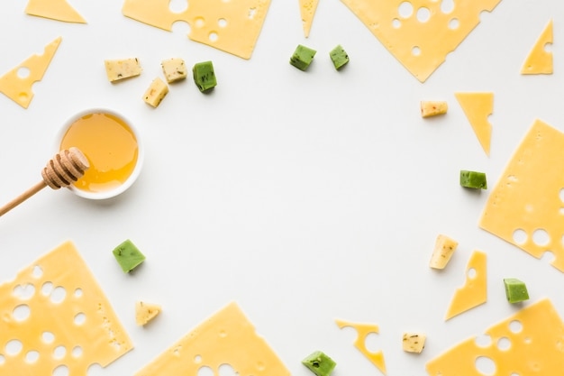 Vista dall'alto fette di formaggio emmental con cornice di miele