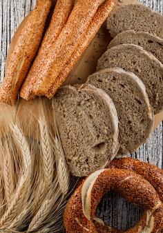 Vista dall'alto fette di pane con bagel turco, orzo sulla superficie in legno. verticale